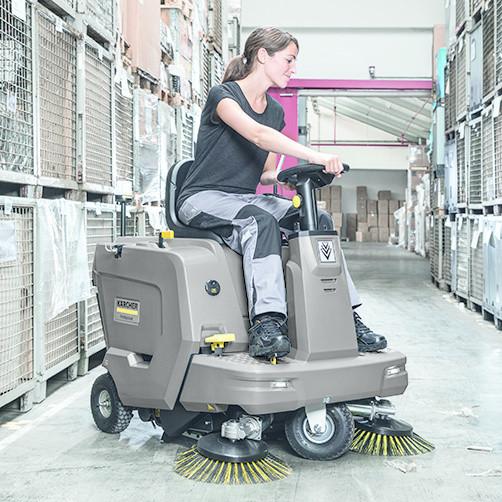 Подметально-всасывающая машина KM 85/50 R Bp: Продуманная эргономика для высокого уровня комфорта на рабочем месте